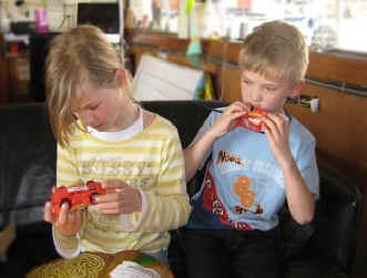 tisha en carlos met walkie-talkie